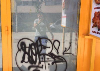 Graffiti negro en escaparate
